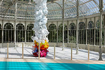 Jessica Stockholder, instalacion Atisbar para ver (Peer out to see), 2010, Palacio de Cristal. Parque de El Teriro | Photo by Joaquin Cortes/Roman Lores | Museo Nacional Centro de Arte Reina Sofia